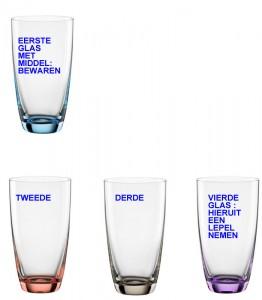 4 glazen met tekst